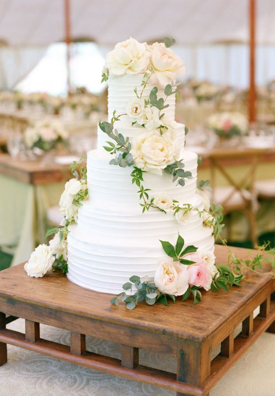 18 Simple White Wedding Cakes Ideas for Your Spring/Summer Wedding