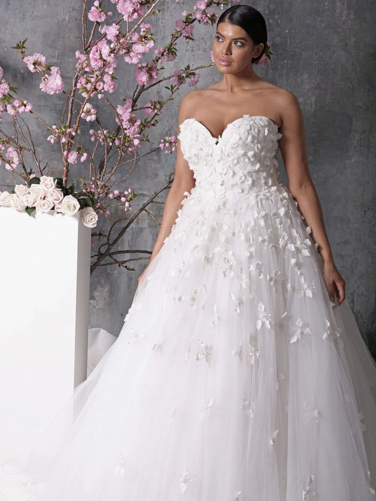 18 Romantic and Eye-catching Plus Size Wedding Dresses - ChicWedd